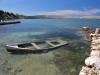 altes Boot in einer Bucht bei Vrsi